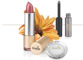 Lippenstift mit Blumen und BABOR Pflegeprodukten
